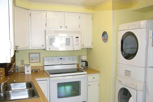 A kitchen or kitchenette at Old Wharf 32