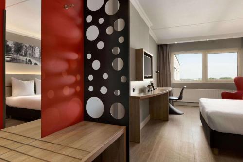 A bathroom at Ramada by Wyndham Amsterdam Airport Schiphol
