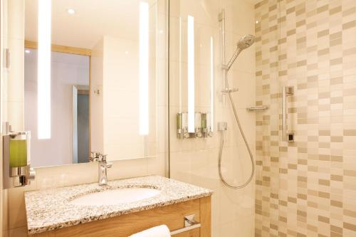 A bathroom at Hampton By Hilton Aachen Tivoli