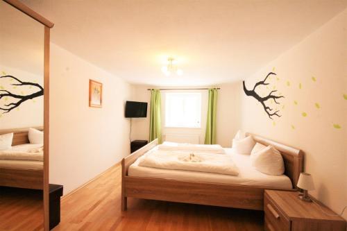 Ein Bett oder Betten in einem Zimmer der Unterkunft Ferienwohnung Alpenrose