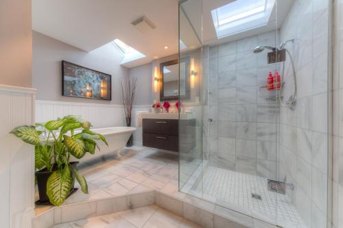 A bathroom at Downtown Luxury Victorian Retreat