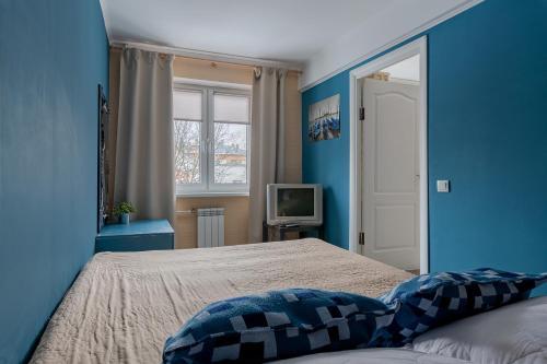 Кровать или кровати в номере FlatHome24 на Шаумяна 53