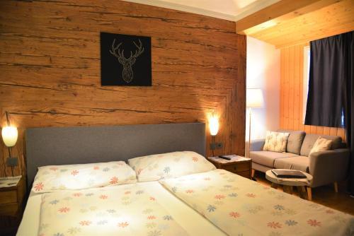 Ein Bett oder Betten in einem Zimmer der Unterkunft Chalet Hotel Adler