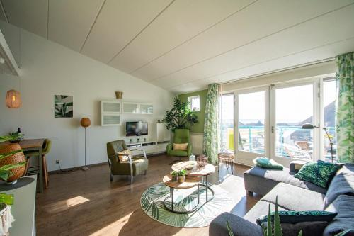 Een zitgedeelte bij Beach appartment Strandslag 207 Julianadorp aan Zee