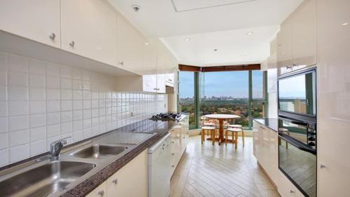 A kitchen or kitchenette at Apartment in the Heart of Chatswood