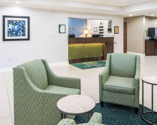 A seating area at Quality Inn & Suites West Monroe