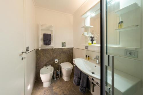 A bathroom at Il Tesoro Smart Suite & SPA