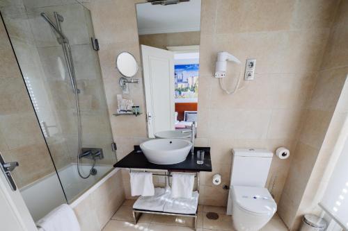 Un baño de Hotel Infantas by MIJ