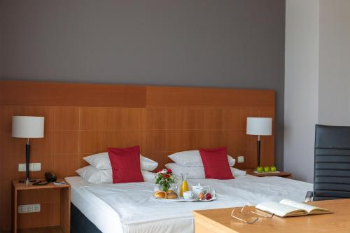 A bed or beds in a room at Hotel Park Consul Köln