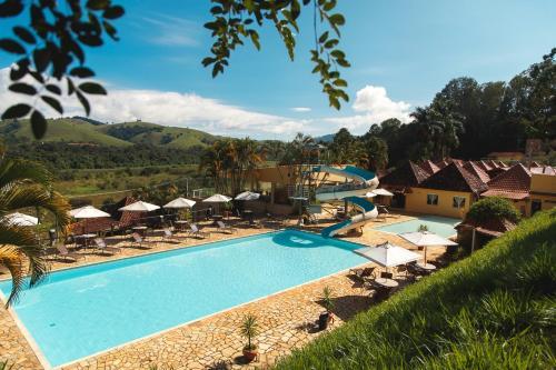Uma vista da piscina em Pousada Le Sapê ou nos arredores