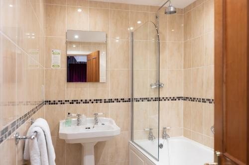 A bathroom at Grant Arms Hotel