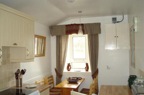 A kitchen or kitchenette at Harris White Cottage