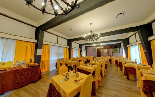 A restaurant or other place to eat at Ai Ronchi Motor Hotel