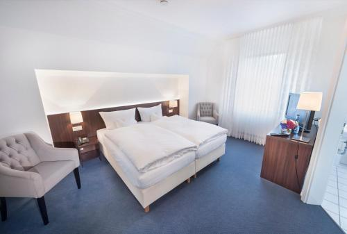 A bed or beds in a room at Landgasthaus Kathmann
