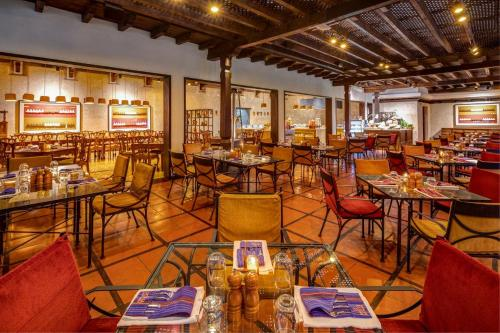 A restaurant or other place to eat at Porta Hotel Antigua