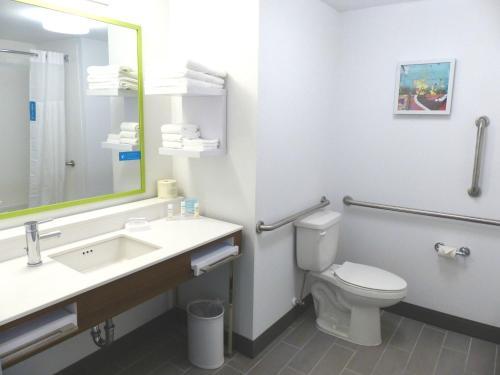 A bathroom at Hampton Inn By Hilton Paramus