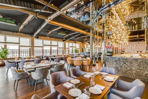 Ein Restaurant oder anderes Speiselokal in der Unterkunft Riviera House