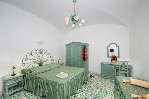 A bed or beds in a room at Hotel Alfonso A Mare