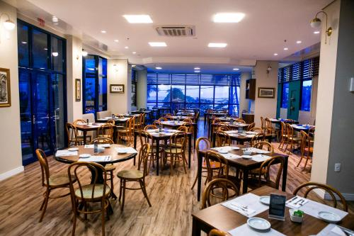 Um restaurante ou outro lugar para comer em Hotel Bhally