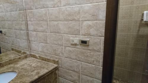 Um banheiro em Al Dana Plaza Villas