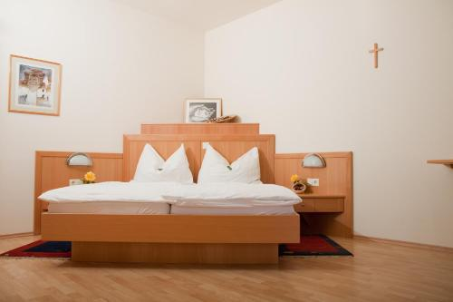 A bed or beds in a room at Pension Gartner