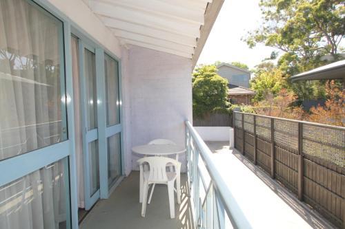 A balcony or terrace at Beaumaris Bay Motel