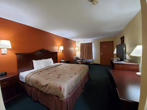A bed or beds in a room at Cuba Inn
