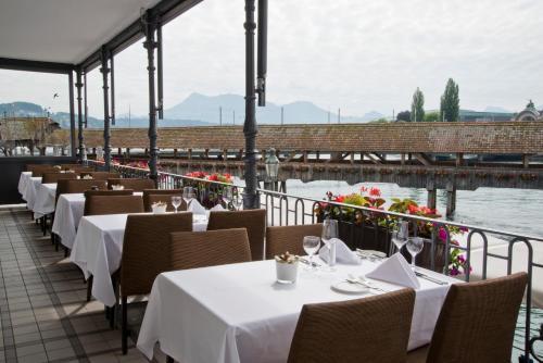 Un restaurante o sitio para comer en Hotel Des Alpes