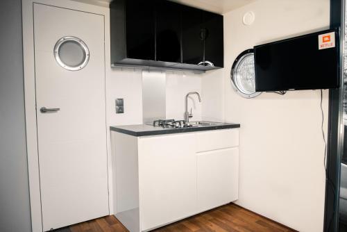 Telewizja i/lub zestaw kina domowego w obiekcie Apartamenty na wodzie - Vohouse