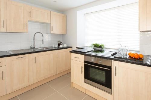 A kitchen or kitchenette at HomefromHolme Christchurch Close