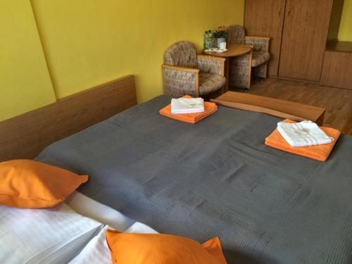 A bed or beds in a room at Hotel Annahof