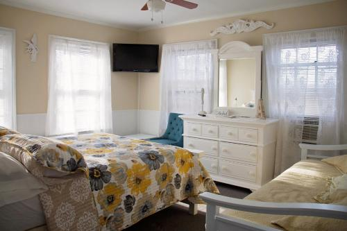 A bed or beds in a room at Atlantic House Bed & Breakfast