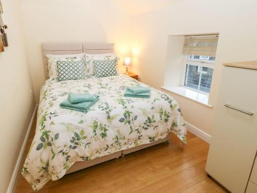 A bed or beds in a room at The Loft Apartment