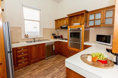 A kitchen or kitchenette at Best Central House - SLEEPS 11 !!