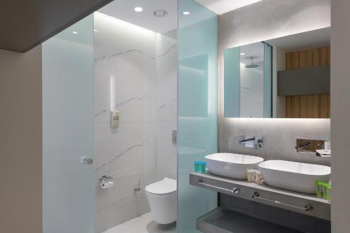 A bathroom at Avra Beach Resort