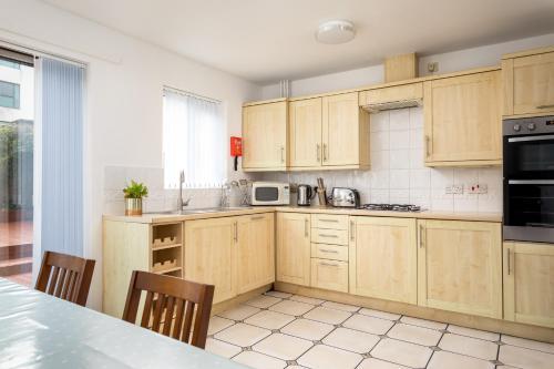 A kitchen or kitchenette at Regency Mews