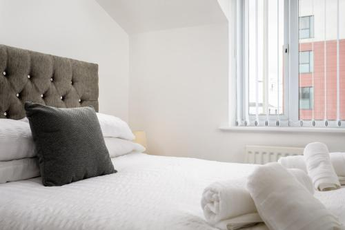 A bed or beds in a room at Regency Mews