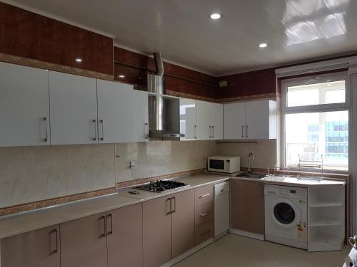 A cozinha ou cozinha compacta de Leyla Apartments 9 At Fountain Square