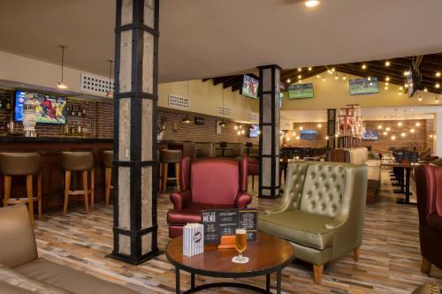 El salón o zona de bar de TRS Turquesa Hotel - Adults Only - All Inclusive