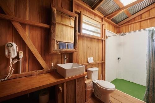 A bathroom at Finca Amistad Cacao Lodge