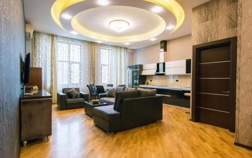 Uma área de estar em Spacious Apartment in the Heart of Baku