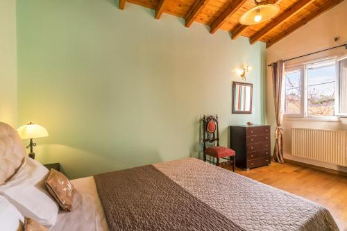 A bed or beds in a room at Garitsa De Lux