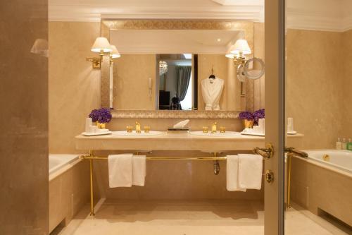 A bathroom at NARUTIS hotel