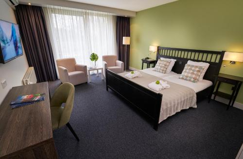 A bed or beds in a room at Amrâth Hotel & Thermen Born-Sittard