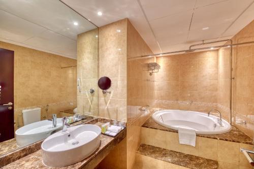 Een badkamer bij Majestic City Retreat Hotel ( Formerly Majestic Hotel Tower)