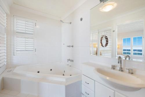 A bathroom at Absolute beachfront apartment - nothing but the sand - Palm Beach