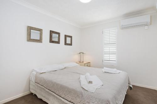 A bed or beds in a room at Absolute beachfront apartment - nothing but the sand - Palm Beach