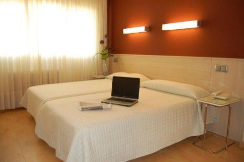 A bed or beds in a room at Hotel Alaiz