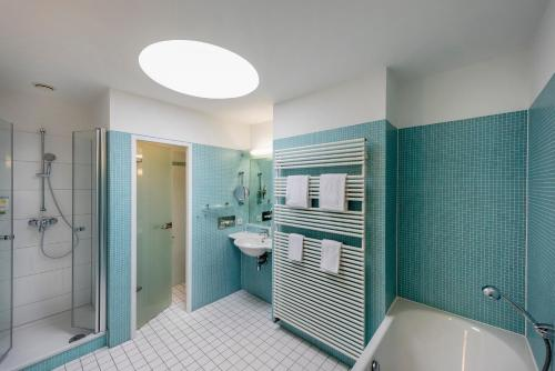 A bathroom at Seminaris Hotel Potsdam Griebnitzsee