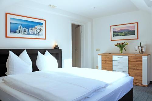 Ein Bett oder Betten in einem Zimmer der Unterkunft MOMENTS Boutique Hotel